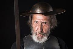 Quijote Oude gebaarde strijder met breastplate en helm Stock Afbeelding