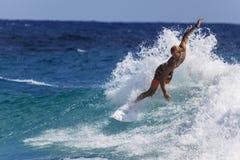 Quiksilver praticante il surfing Fotografia Stock