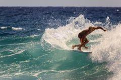 Quiksilver praticante il surfing Immagini Stock