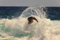Quiksilver praticante il surfing Immagine Stock Libera da Diritti