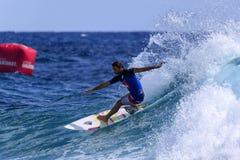 Quiksilver que practica surf Fotos de archivo