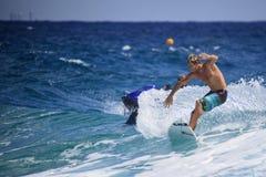 Quiksilver que practica surf Imagenes de archivo