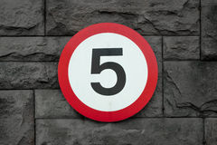 (5 quilômetros por hora) sinal de estrada 5mph Fotografia de Stock
