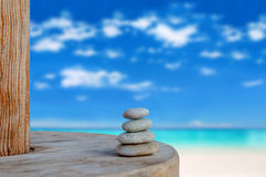 A équilibré plusieurs pierres de zen sur beau brouillé le fond de plage Image stock