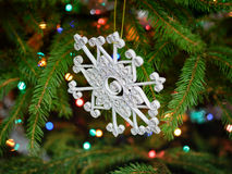 Quilled Schneeflocke des Funkelns - handgemachte Weihnachtsverzierung Stockfoto
