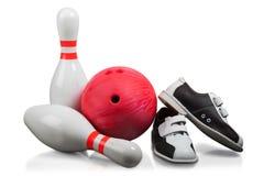 Quilles de bowling, boule de bowling rouge et bowling photo libre de droits