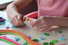 Quilling teknik Handgjorda hantverk på ferie: Födelsedag-, moder` s eller dag för fader` s, mars 8 som gifta sig Begrepp för barn royaltyfria bilder