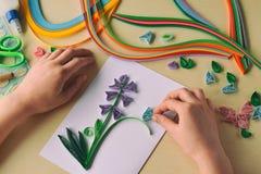 Quillingstechniek Het maken van decoratie of groetkaart Document stroken, bloem, schaar Met de hand gemaakte ambachten op vakanti royalty-vrije stock foto's