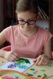 Quillingstechniek Meisje die decoratie of groetkaart maken Document stroken, bloem, schaar Met de hand gemaakte ambachten op vaka royalty-vrije stock afbeeldingen