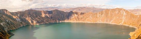 Quilotoa火山口盐水湖全景 库存照片