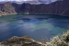 Quilotoa火山的蓝绿色湖 图库摄影