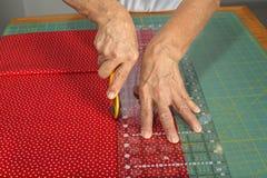 Quilter ciie tkaninę dla kołdrowego robić Obraz Stock