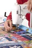 Quilter que trabaja en la máquina de coser Imágenes de archivo libres de regalías