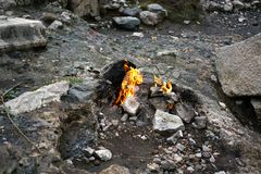 Quimera, os yanartas ardentes da rocha, Cirali, Antalya, Turquia fotografia de stock