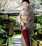 Quimono desgastando da mulher japonesa imagens de stock