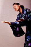 Quimono desgastando da mulher japonesa bonita fotografia de stock