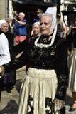 Старшая дама в традиционном костюме бретонца, Quimper, Бретани, северо-западной Франции Стоковые Фото