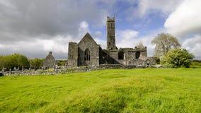 Quin Abbey e castello Fotografia Stock Libera da Diritti