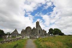 Quin Abbey fördärvar i Irland Arkivbild