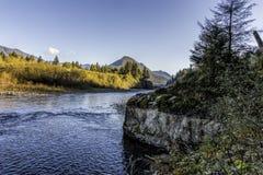 Quinault flod med nedgångfärger arkivfoton