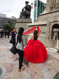 Quinceanera, das in einem roten Kleid in Mexiko City aufwirft Stockfoto