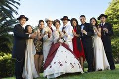 Quinceanera, das mit Familie und Freunden steht Lizenzfreie Stockbilder