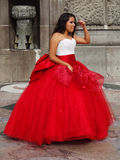 Quinceanera in einem roten Kleid Lizenzfreie Stockbilder