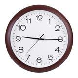 Quindici minuti dopo nove sull'orologio rotondo Fotografie Stock Libere da Diritti