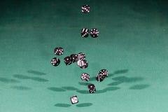 Quindici neri tagliano cadere a cubetti su una tavola verde immagini stock