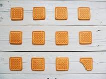 Quindici pezzi di biscotto e di mela che si trova su un fondo bianco Immagine Stock Libera da Diritti