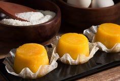 Quindim, smakelijk dessert dat met eieren wordt gemaakt Stock Foto's