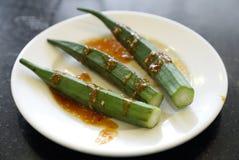 Quingombó fresco con la salsa picante Foto de archivo libre de regalías