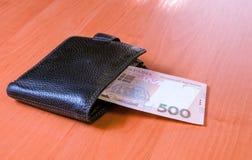 Quinientos billetes de banco ucranianos del hryvnia en monedero negro Fotos de archivo libres de regalías