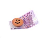 Quinientos euros y huevo sonriente del pollo Imagen de archivo libre de regalías
