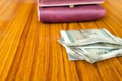 Quinientos indios nota de efectivo de 500 rupias en el monedero de cuero de la cartera marrón del color en una tabla de madera Co fotografía de archivo