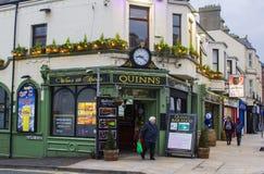 Quinn Tradycyjny Irlandzki pub w Newcastle okręgu administracyjnego puszku zdjęcia stock