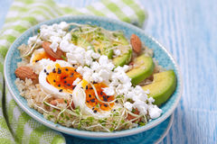 Quinoa κύπελλο για το υγιές πρόγευμα στοκ εικόνα με δικαίωμα ελεύθερης χρήσης