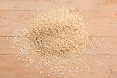 Quinoa νιφάδες σε έναν σωρό σε έναν ξύλινο πίνακα Στοκ Εικόνες