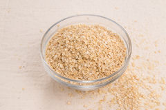 Quinoa νιφάδες σε ένα κύπελλο γυαλιού σε ένα υπόβαθρο κρέμας Στοκ εικόνες με δικαίωμα ελεύθερης χρήσης