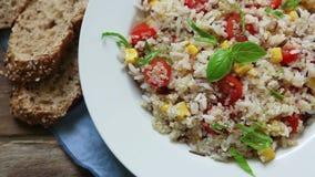 Quinoa σαλάτα με την ντομάτα και το βασιλικό κερασιών φιλμ μικρού μήκους