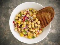 Quinoa σαλάτα με chickpeas και τα χορτάρια Στοκ φωτογραφία με δικαίωμα ελεύθερης χρήσης