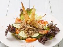 Quinoa σαλάτα που εξυπηρετείται στον ξύλινο πίνακα στοκ εικόνα