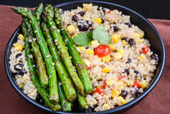 Quinoa σαλάτα με το σπαράγγι Στοκ Εικόνες
