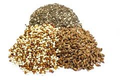 Quinoa σπόροι chia και λιναριού που απομονώνονται στο άσπρο υπόβαθρο στοκ φωτογραφίες