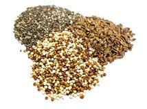 Quinoa σπόροι chia και λιναριού που απομονώνονται στο άσπρο υπόβαθρο στοκ εικόνα με δικαίωμα ελεύθερης χρήσης