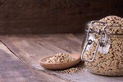 Quinoa στο ξύλινο γραφείο Στοκ Φωτογραφία