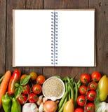 Quinoa, anteckningsbok och nya grönsaker Royaltyfria Foton