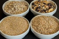 Quinoa, arroz moreno y avena Cereales enteros sanos del grano Concepto del alimento del vegano Imagen de archivo libre de regalías