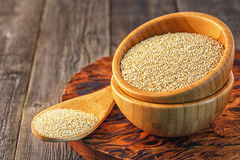 Quinoa bianca in una ciotola di legno Fotografia Stock Libera da Diritti
