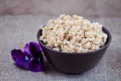 Quinoa bouilli de céréales dans un plat profond sur une nappe de toile Photo libre de droits